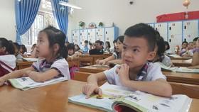 Học sinh Trường Tiểu học Kim Ngọc (TP Vĩnh Yên, tỉnh Vĩnh Phúc) học SGK môn Tiếng Việt lớp 1 của bộ sách Cánh Diều