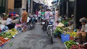 Chợ tự phát chiếm hết con hẻm 430,  đường Cách Mạng Tháng Tám (phường 11, quận 3, TPHCM). Ảnh: BÙI ANH TUẤN