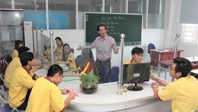 Thầy và trò Trường Cao đẳng Kinh tế - Kỹ thuật TPHCM trong giờ học chuyên ngành kế toán ngân hàng với mô hình ngân hàng thu nhỏ  Ảnh: HOÀNG HÙNG