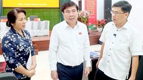 Chủ tịch UBND TPHCM Nguyễn Thành Phong yêu cầu lãnh đạo quận 1 giải quyết ngay các bức xúc của người dân. Ảnh: THU HƯỜNG