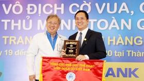 Ông Mai Bá Hùng, Phó Giám đốc Sở Văn hóa và Thể thao TP.HCM trao tặng cờ và cúp lưu niệm cho Ông Hà Huy Cường – Phó Tổng Giám đốc Nam A Bank