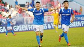 Cầu thủ trẻ Nguyễn Hai Long (trái) thể hiện ấn tượng  ở V-League 2020. Ảnh: MINH HOÀNG