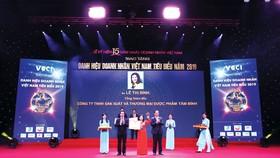 Ds Lê Thị Bình nhận cúp Thánh Gióng -  Tôn vinh 100 nữ Doanh nhân Việt Nam tiêu biểu
