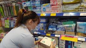 Người tiêu dùng mua khẩu trang tại Co.opmart