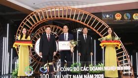 Đại diện Tập đoàn Xây dựng Hòa Bình nhận giấy chứng nhận Doanh nghiệp bền vững 2020