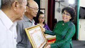 Đồng chí Tô Thị Bích Châu, Ủy viên Ban Thường vụ Thành ủy, Chủ tịch Ủy ban Mặt trận Tổ quốc Việt Nam Thành phố trao Bằng khen của Thủ tướng Chính phủ cho 3 cá nhân. Ảnh: THANHUYTPHCM.VN