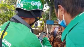 Một đối tượng giả danh GrabBike đứng đón khách tại Bến xe miền Đông  (quận Bình Thạnh, TPHCM)