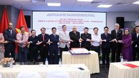 Các đại biểu tham dự lễ kỷ niệm 65 năm thiết lập quan hệ ngoại giao Việt Nam-Indonesia thể hiện tình đoàn kết. Ảnh: TTXVN