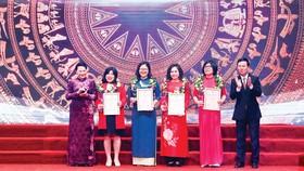Chủ tịch Quốc hội Nguyễn Thị Kim Ngân,  Trưởng Ban Tuyên giáo Trung ương Võ Văn Thưởng  trao giải A cho các nhà báo xuất sắc