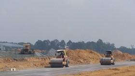 San lấp mặt bằng thi công khu tái định cư Lộc An - Bình Sơn. Ảnh: VĂN PHONG
