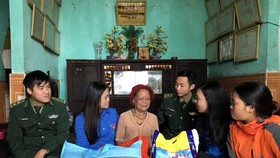 Trao quà tết tặng các gia đình chính sách tại Thừa Thiên - Huế