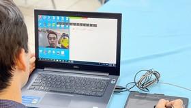 Thầy Hà Minh Sơn, Trường THPT Nguyễn Du (quận 10) đang dạy trực tuyến với camera  và bảng viết kỹ thuật số. Ảnh: HOÀNG HÙNG