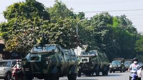 Xe quân sự xuất hiện trên đường phố Mandalay ngày 2-2. Ảnh: REUTERS