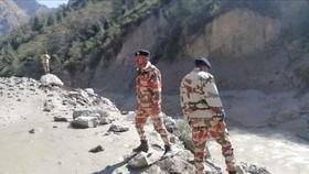 Nhà chức trách đánh giá thiệt hại tại khu vực xảy ra lũ quét ở bang Uttarakhand, Ấn Độ khi một phần của sông băng Nanda Devi trên dãy Himalaya tan chảy ngày 7-2-2021. Ảnh: ANI/TTXVN