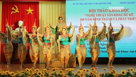 Biểu diễn nghệ thuật sân khấu dù kê ở Trường Đại học Trà Vinh