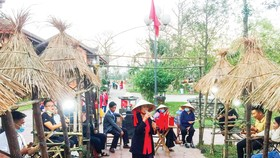 Hội bài chòi đầu xuân Tân Sửu bên di tích cầu ngói Thanh Toàn (Thừa Thiên - Huế). Ảnh: VĂN THẮNG