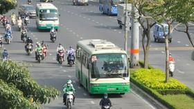 Xe buýt đi trên đường Điện Biên Phủ, đoạn giữa vòng xoay Hàng Xanh và cầu Sài Gòn ngày 22-2-2021. Ảnh: CAO THĂNG