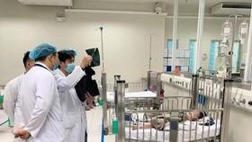 Bác sĩ Bệnh viện Nhi Trung ương trong lần hội chẩn cho bé N.P.H. Ảnh: TTXVN