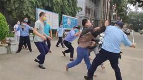Hình ảnh người nhà bệnh nhân ẩu đả với bảo vệ Bệnh viện Đa khoa tỉnh Tuyên Quang. (Ảnh cắt từ clip)