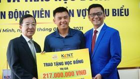 Lý Hoàng Nam nhận học bổng theo học Quản trị Kinh doanh