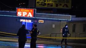 Cảnh sát phong tỏa bên ngoài hiện trường vụ xả súng ở Georgia vào ngày 16-3. Ảnh: AP