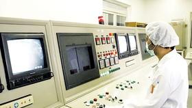 Một kỹ thuật viên làm việc trong phòng điều khiển  tại cơ sở chuyển đổi uranium ở Isfahan, Iran.  Ảnh: REUTERS