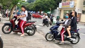 Một số học sinh sử dụng xe máy trên 50cc để đi học, không đội nón  bảo hiểm