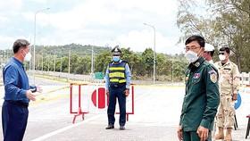 Ông Kuoch Chamroeun (trái), Thống đốc tỉnh Sihanoukville, Campuchia, kiểm tra chốt chặn trên đường vào tỉnh.  Ảnh: Khmer Times