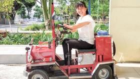 Cô Trần Thị Mỹ Quyên bên chiếc xe do một người bạn tặng