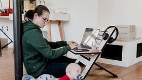 Ranh giới giữa việc nhà và việc làm dễ bị xóa nhòa khi làm việc tại nhà