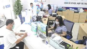 Giao dịch tại Ngân hàng BIDV. Ảnh: CAO THĂNG