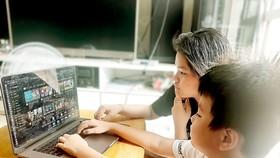 Nhiều phụ huynh ngày càng kiểm soát chặt hơn việc  cho trẻ xem YouTube. Ảnh: DŨNG PHƯƠNG