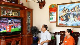 Xem bóng đá ở nhà là cách phổ biến hiện nay  đối với người hâm mộ bóng đá Việt Nam. Ảnh: DŨNG PHƯƠNG