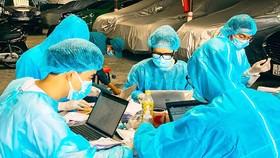 Sinh viên ngành y tại TPHCM tình nguyện tham gia chống dịch Covid-19  đang nhập liệu tại điểm cách ly. Ảnh: THÁI PHƯƠNG