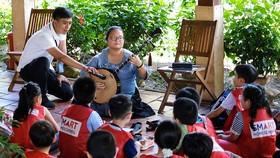 Lục Phạm Quỳnh Nhi trong một buổi trò chuyện về cổ nhạc  (ảnh chụp trước khi dịch bệnh bùng phát trong cộng đồng)