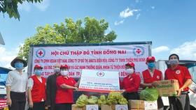 Vedan đồng hành cùng Hội Chữ thập đỏ tỉnh Đồng Nai gửi các sản phẩm  do công ty sản xuất đến người dân nghèo bị ảnh hưởng bởi dịch