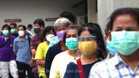 Người dân Thái Lan xếp hàng ở Bệnh viện Siriraj chờ tiêm vaccine Covid-19