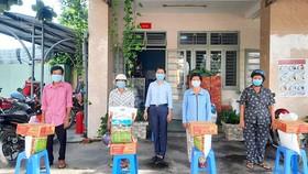 UBND phường Vĩnh Phú, TP Thuận An, tỉnh Bình Dương tặng quà cho gia đình khó khăn ở trong khu vực phong tỏa