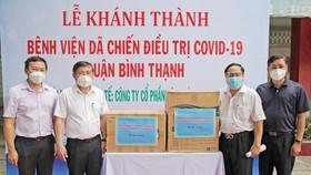 Chủ tịch UBND TPHCM Nguyễn Thành Phong thăm, tặng quà bệnh viện dã chiến  điều trị Covid-19 quận Bình Thạnh. Ảnh: DŨNG PHƯƠNG