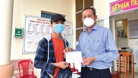 Ông Lưu Hoàng Tân-Chủ tịch kiêm Giám đốc Công ty TNHH MTV Xổ số kiến thiết tỉnh Đồng Tháp trao tiền cho người bán vé số dạo tại tỉnh