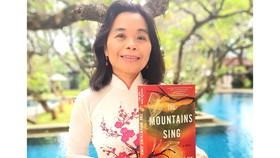 Nhà văn Nguyễn Phan Quế Mai  cùng tác phẩm bằng tiếng Anh mới nhất của mình
