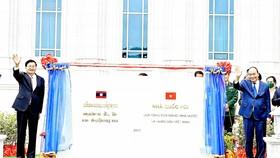 Chủ tịch nước Nguyễn Xuân Phúc và Tổng Bí thư, Chủ tịch nước Lào Thongloun Sisoulith  dự lễ bàn giao, trao tặng Nhà Quốc hội Lào. Ảnh: TTXVN