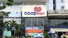 Người dân xếp hàng mua thực phẩm tại siêu thị Co.opmart đường Chu Văn An, quận Bình Thạnh