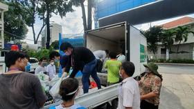 Phần quà hỗ trợ cho người dân thông qua Ủy ban MTTQ Việt Nam quận 1 và quận 3.