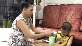 Nhiều phụ huynh có con nhỏ đang lo lắng  tìm người trông trẻ để sớm đi làm trở lại