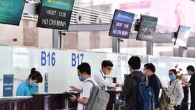 Hành khách làm thủ tục tại sân bay Nội Bài