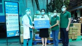Tặng đồ bảo hộ y tế cho lực lượng phòng chống dịch Covid-19 tại TPHCM