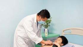 Bác sĩ Bệnh viện Nhi Trung ương thăm khám cho bệnh nhi bị viêm ruột thừa biến chứng