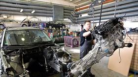 Tháo dỡ xe cũ tại xưởng tái chế của hãng BMW