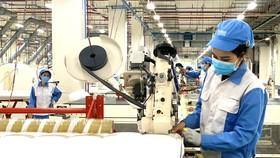 Công nhân Công ty TNHH Nitori, Bà Rịa - Vũng Tàu  sản xuất trong điều kiện bình thường mới.  Ảnh: NÔNG NGÂN